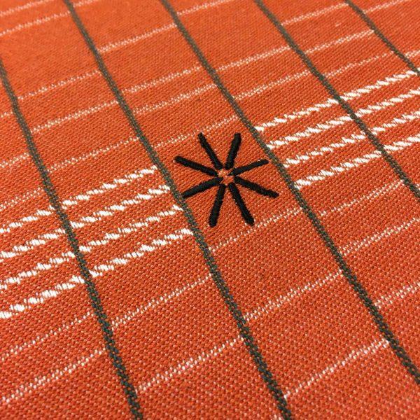 detail du chemin de table de la collection etxe qui met a l'honneur le pays basque et le patrimoine béarnais par une collaboration entre tissage moutet et samuel accoceberry