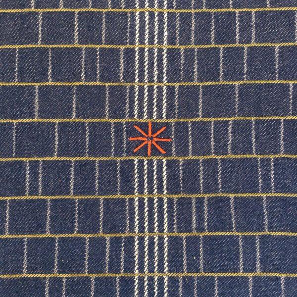 détail de la broderie qui marque le chemin de table pareta de la collection etxe pour le tissage béarnais moutet installé depuis 1919 à orthez