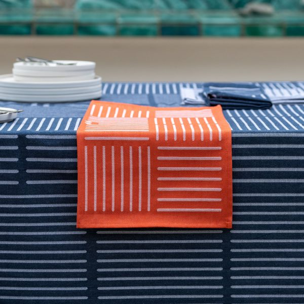 serviette de table contratée pour une décoration de table originale et elegante dans le style basque contemporain