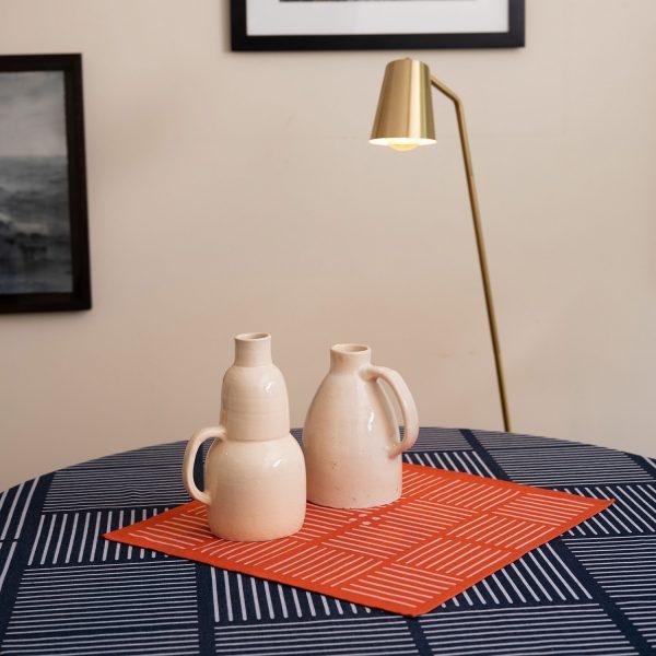 Interieur design avec une nappe et une serviette en centre de table pur une décoration originale deisgn et colorée