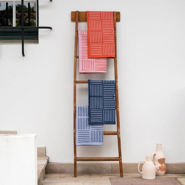 serviette de table contemporaines linge basque revisité par samuel accoceberry pour tissage moutet tissuer depuis 1919 en bearn de linge de table design et coloré