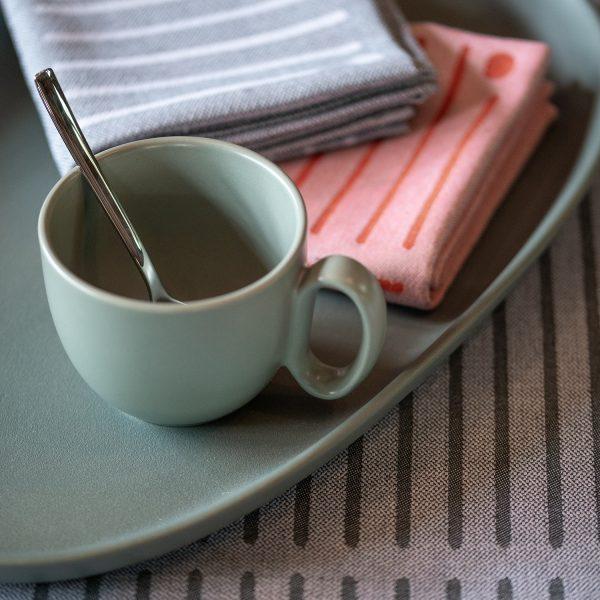 Nappe et serviettes assorties par un jeu de couleur. Rayure basque pour une table contemporaine et unique