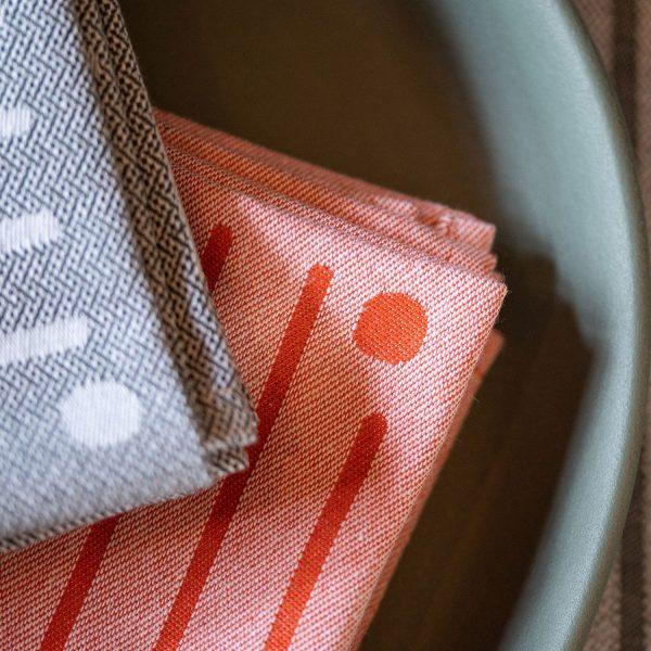 Serviette de table pliage en quatre pour ccompagner les dejeuner toute en elegance